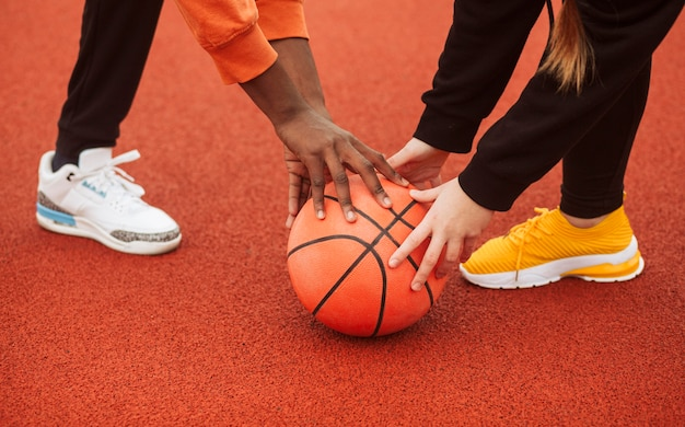 一緒にバスケットボールのフィールドでティーンエイジャー