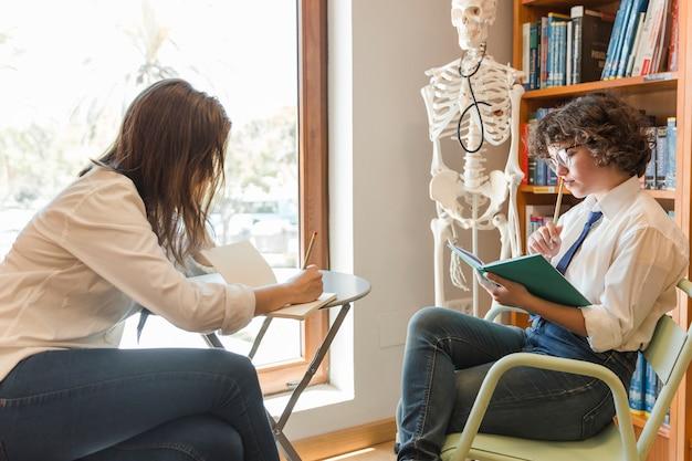 도서관에서 숙제를하는 청소년