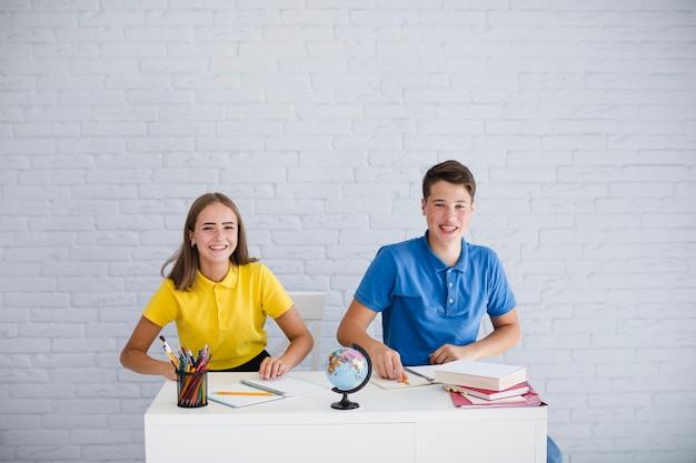 Adolescenti che hanno divertimento alla lezione