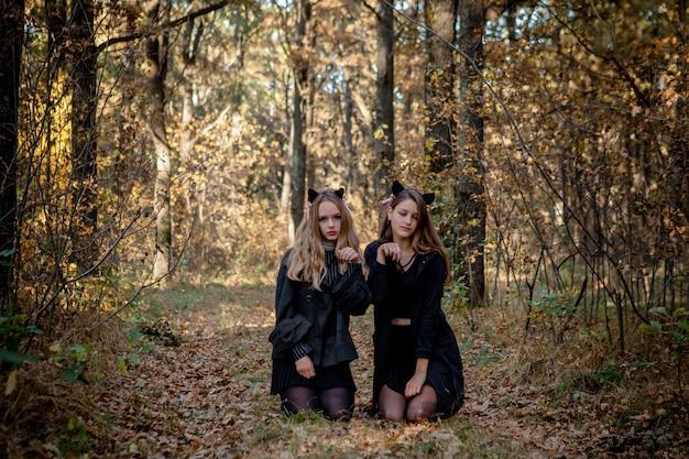Подростки в костюме хэллоуина в лесу