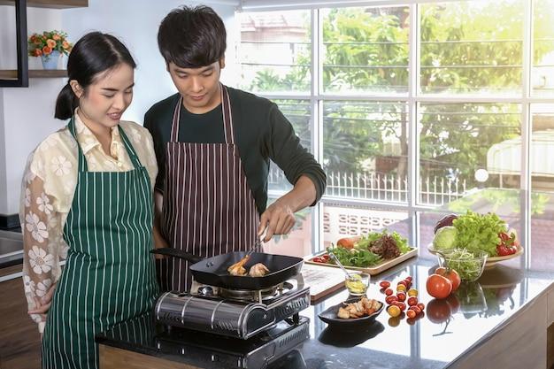 Подростки делают салат из креветок на кухне.