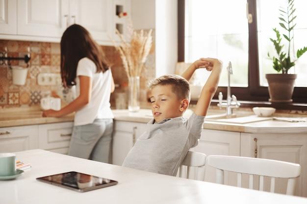 Подростки на перерыве в онлайн-классе