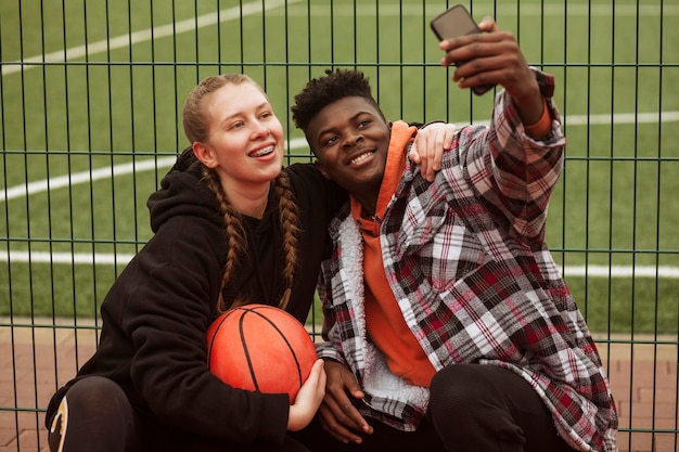 Adolescenti in posa al campo da basket