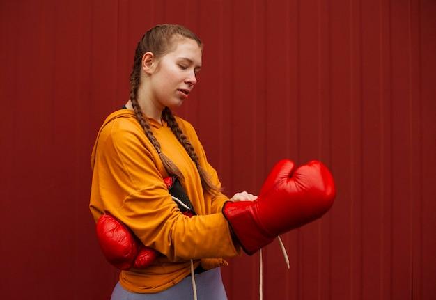 ボクシンググローブでポーズをとるティーンエイジャー