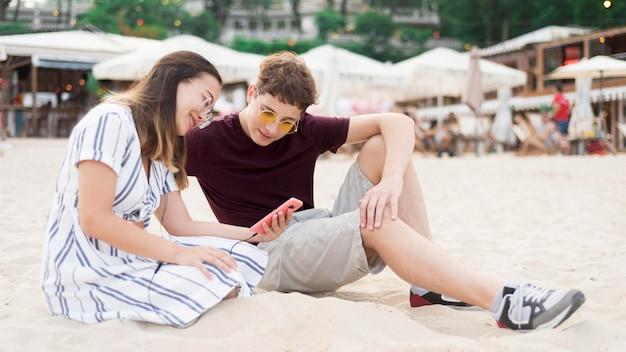 Подростки вместе отдыхают на пляже