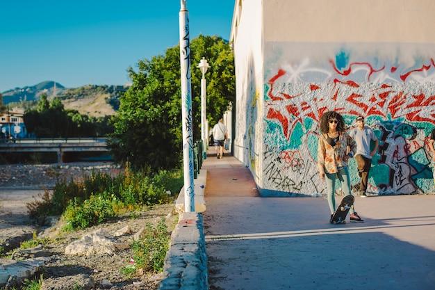 Подростки скейтбординга в backstreet