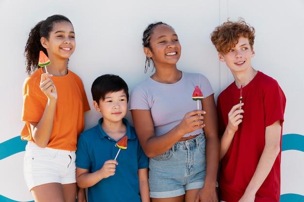여름에 함께 시간을 보내는 십대들 무료 사진