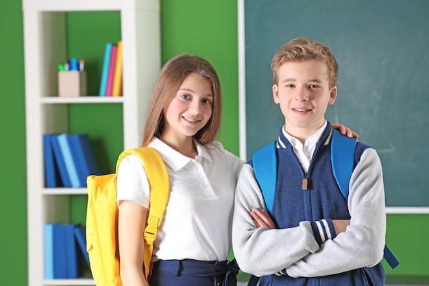 교실에 서 있는 청소년