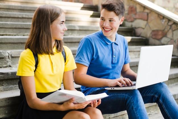 Подростки, обучающиеся на лестнице