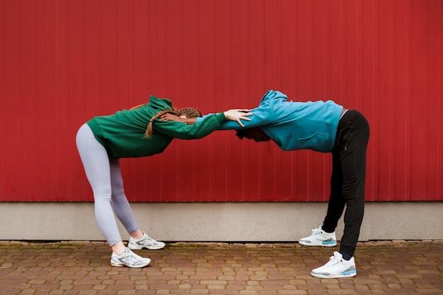 Adolescenti che si allenano insieme all'aperto