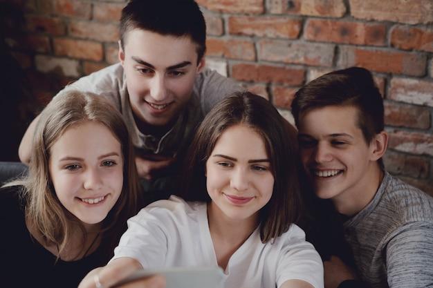 Adolescenti che utilizzano telefoni cellulari