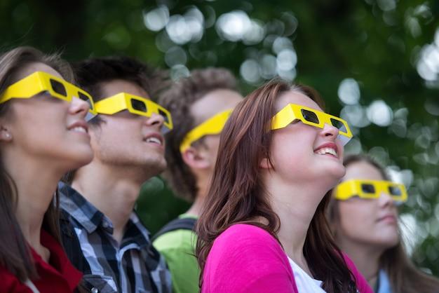 3d 안경을 쓰고 청소년