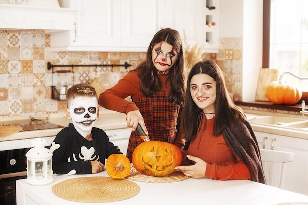 Подростки в костюмах и украшениях на хэллоуин