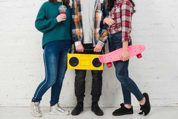 Подростки с кататься на коньках и радио