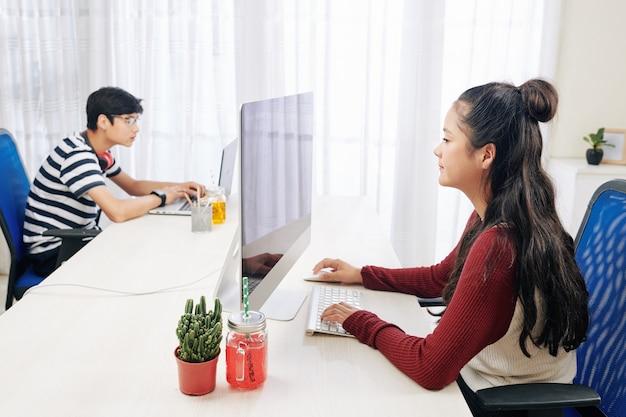 사무실에서 일하는 청소년