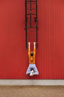 Подростки, работающие на открытом воздухе