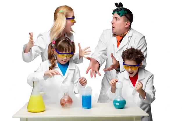 Adolescenti e insegnanti di chimica a lezione facendo esperimenti