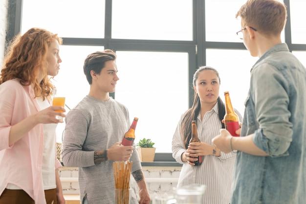 飲み物を持つ十代の若者たち