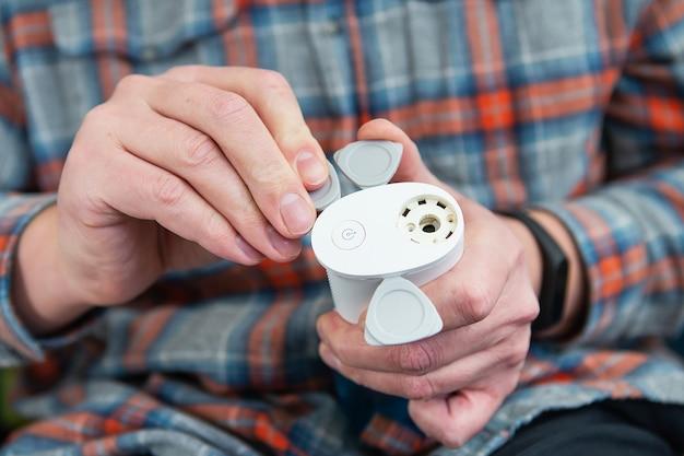 Чистка зубов ирригатором домашний ремонт. защита от кариеса. гигиена полости рта. вид сверху.