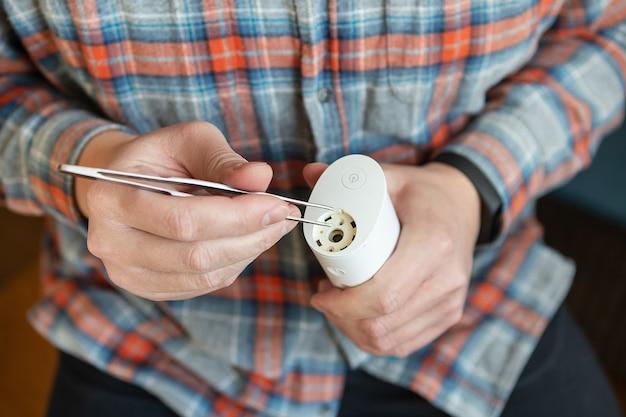 Чистка зубов ирригатором домашний ремонт. защита от кариеса. гигиена полости рта.