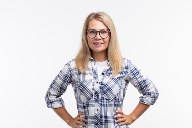치아 건강, 치과 및 물린 수정-흰색 중괄호와 안경에 행복 웃는 여자
