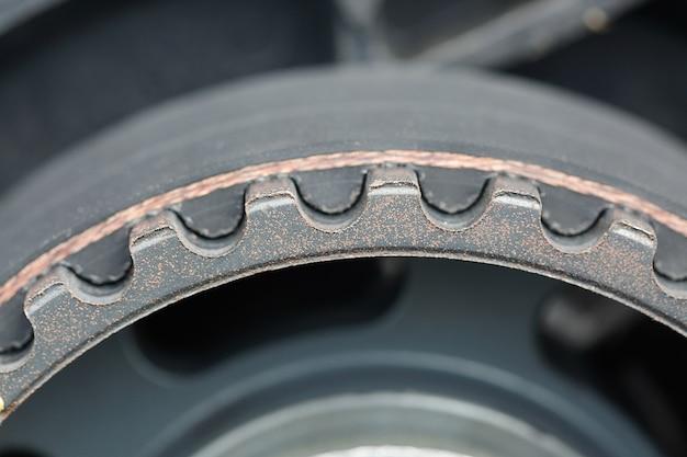 車のエンジンのタイミングベルトとカムシャフトスプロケットの歯。