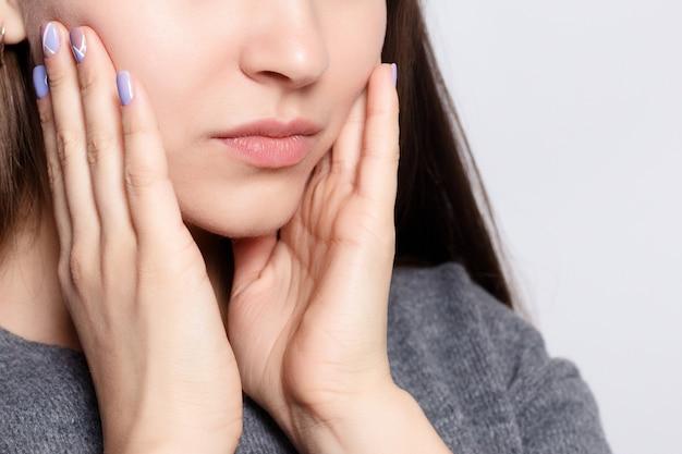 Проблема с зубами. женщина чувствует зубную боль. крупным планом красивая грустная девушка страдает