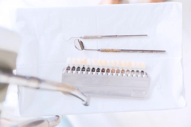 歯の色合いおよび他の歯科用具