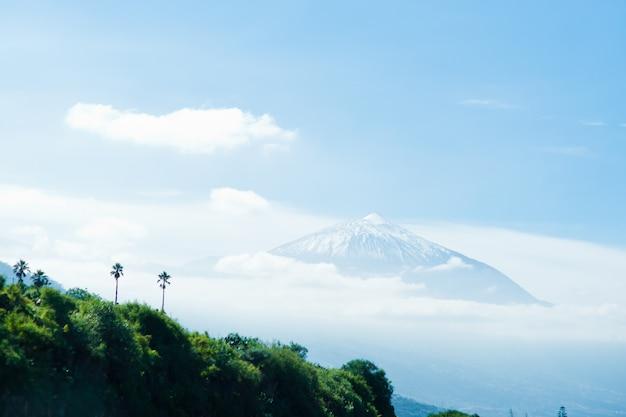 Гора тейде в центре острова. лучшая туристическая достопримечательность канарских островов. тенерифе