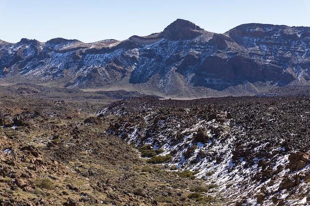 スペインの夏の暑い晴れた日の青い空の下のテイデ火山