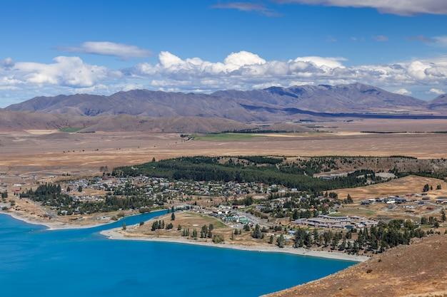 테카포, 뉴질랜드 - 2012년 2월 23일: 2012년 2월 23일 뉴질랜드 테카포 호수 기슭에 있는 테카포 마을의 먼 전망