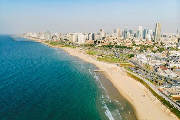 Горизонт тель-авива у берега средиземного моря - панорамный снимок с воздуха.