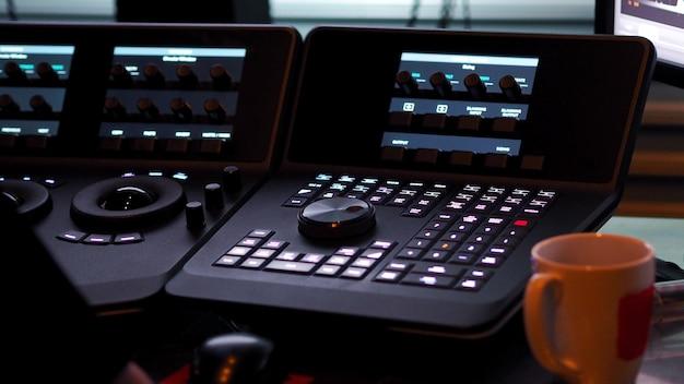 デジタルビデオムービーまたはフィルムの色を編集または調整するためのテレシネコントローラーマシン