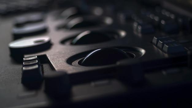 컬러 스위트 스튜디오 랩에서 조정하는 영화 필름을 전송하는 텔레시네 컨트롤러 기계 프리미엄 사진
