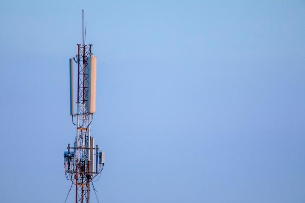 Телекоммуникационная башня 5g на фоне голубого неба.