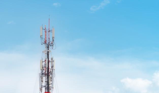 Телекоммуникационная антенная башня на фоне голубого неба