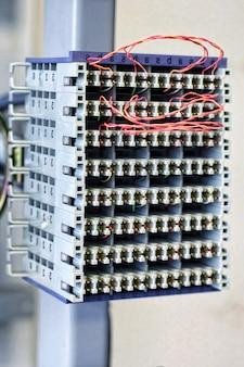 Телекоммуникационное оборудование в большом дата-центре.