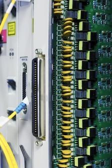큰 데이터 센터의 통신 장비입니다.