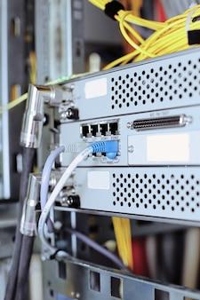 Телекоммуникационное оборудование сетевых кабелей в дата-центре мобильного оператора.