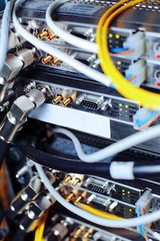이동 통신 사업자의 데이터 센터에 있는 네트워크 케이블의 통신 장비.