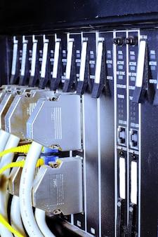 Телекоммуникационное оборудование, оптический мультиплексор в дата-центре мобильного оператора.
