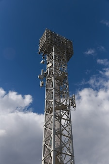 푸른 하늘이 있는 통신 마스트 tv 안테나 무선 기술