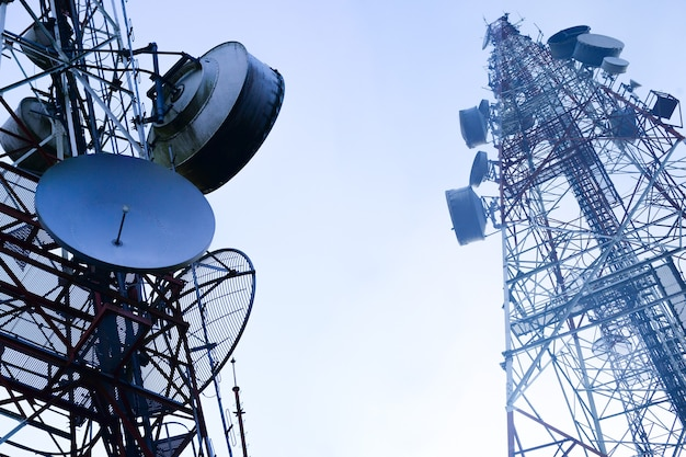 Телекоммуникационная мачта телевизионные антенны беспроводная технология с голубым небом