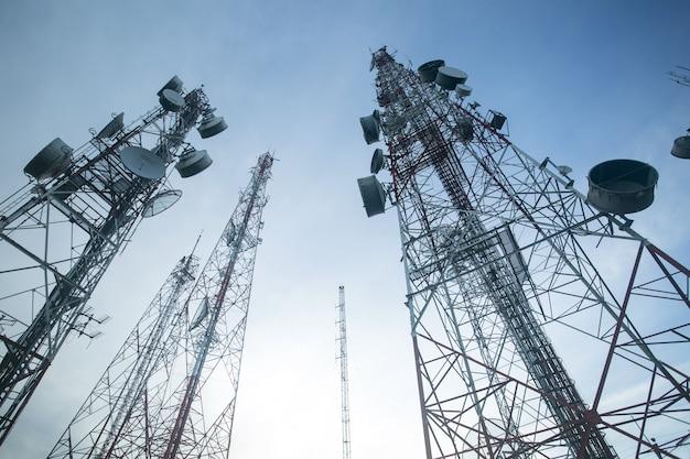 Телекоммуникационные мачтовые телевизионные антенны с голубым небом утром