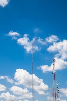Телекоммуникационная радиоантенна и голубое небо спутниковой башни.