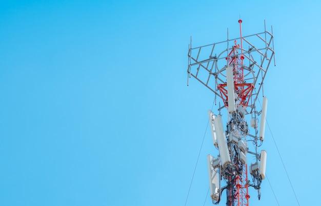 Телекоммуникационная башня. антенна на голубом небе. радио и спутниковый столб. коммуникационные технологии. телекоммуникационная промышленность. мобильная или телекоммуникационная сеть 5g. предпосылка дела сетевого подключения.