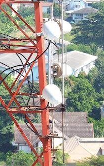 Телекоммуникационная башня крупным планом с красным и белым цветом.