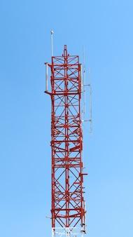 빨간색과 흰색 색상으로 통신 타워 근접 촬영입니다.