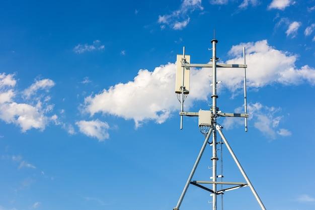 Телекоммуникационная вышка технологии 4g и сотовой связи 5g. макро базовая станция или базовая приемопередающая станция. передатчик антенны беспроводной связи. телекоммуникационная башня с антеннами на крыше.
