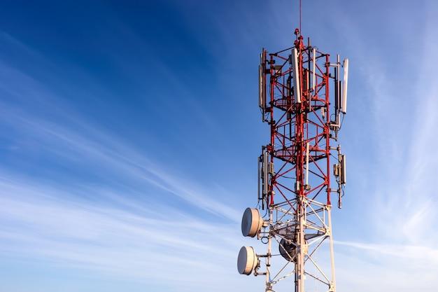 안테나가있는 통신 타워